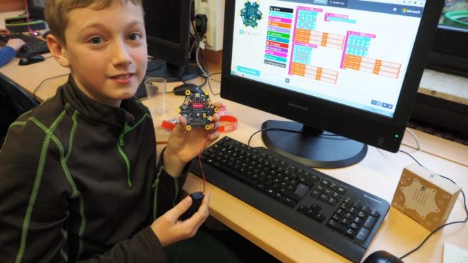 """Luca ist einer von 25 Schülern, die am Projekt teilnehmen. Zusammen mit seinem Freund Simon hat er unter anderem das """"Presseschnuck"""" programmiert, das dem echten Schnick, Schnack, Schnuck (Schere, Stein, Papier) schon sehr nahe kommt, denn die Spieler können wählen was kommt. Die beiden haben verschiedene Versionen programmiert. """"Der Aufwand war relativ hoch, aber wir wollten es perfekt haben"""", sagt Luca. Ganz professionell hatten die beiden eine Präsentation vorbereitet, die Luca allein präsentieren musste, da sein Freund Simon erkrankt war."""