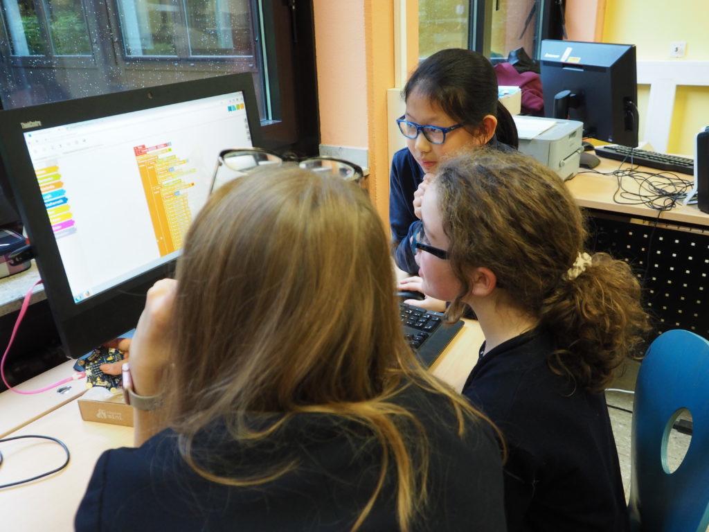 """Sophia und Jessica haben eine Laufschrift """"Hochdahl"""" programmiert und Teile der Schulhymne mit dem Calliope vertont."""