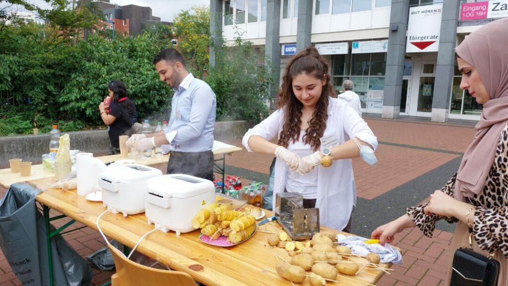 Leckere, frittierte Kartoffel-Spiralen gab es gegen eine Spende am Stand des Freundeskreis für Flüchtlinge e V. Foto: SK