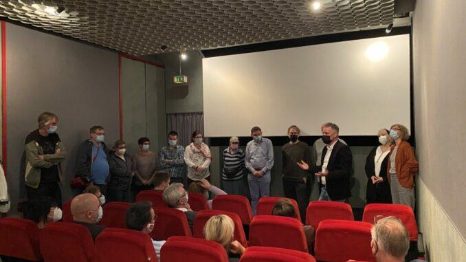 Film 'Ich liebe auch' Foto © Lebenshilfe: Die Mitwirkenden sowie die Mitarbeitenden von Medienprojekt und Lebenshilfe stellten sich während der Publikumsdiskussion vorne im Kino auf.