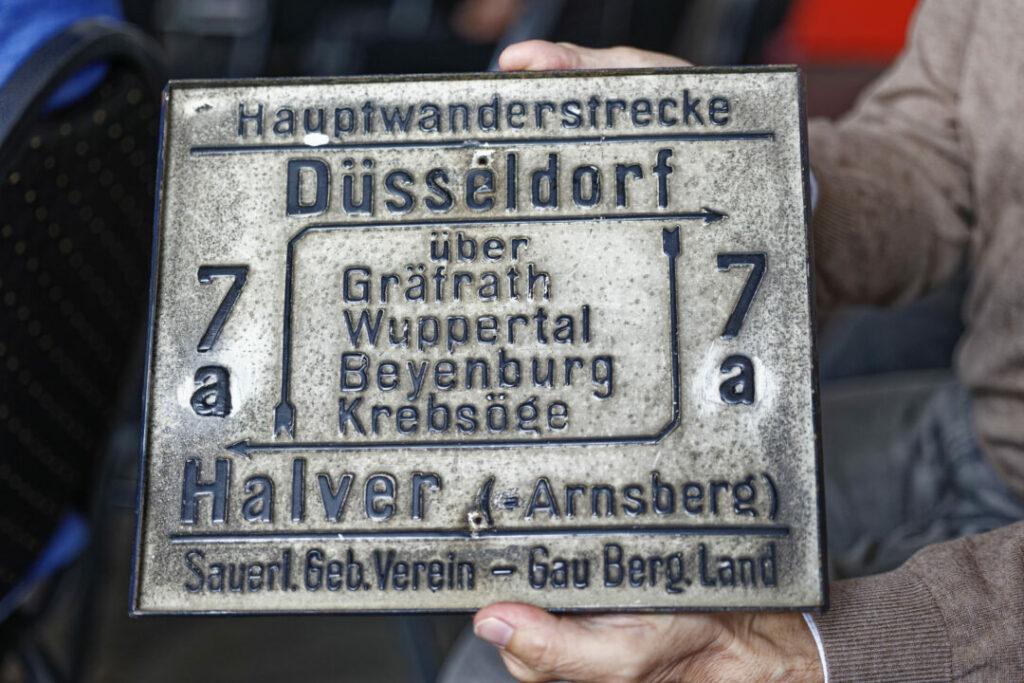 Dr. Ralf Fellenberg hatte noch ein kleines Geschenk vorbereitet. Foto: Lutz Wulfestieg