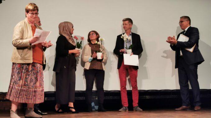 V.l.n.r.: Regina Wedding (stellv. Bürgermeisterin), die Preisträger Rachida El Kabachi, Maria Pashazadeh und Dieter Thelen sowie Moderator Mohammed Assila bei der Preisverleihung. Foto: Ria Garcia