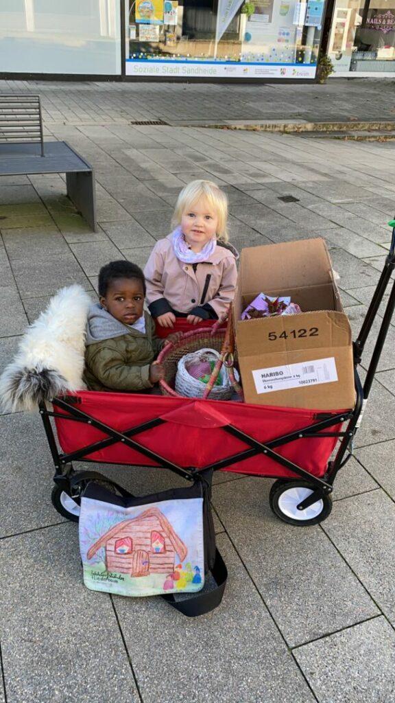 """Dreck-weg-Tag 2021 - Lia, 2 Jahre, und der einjährige Loïc, sammelteten auf dem Sandheider Markt beim vormittäglichen Spaziergang mit Tagesmutter Anke Nordick, die die Tagespflege """"Fliederstübchen"""" betreibt und ebenfalls Vereinsmitglied ist. Foto: SK"""