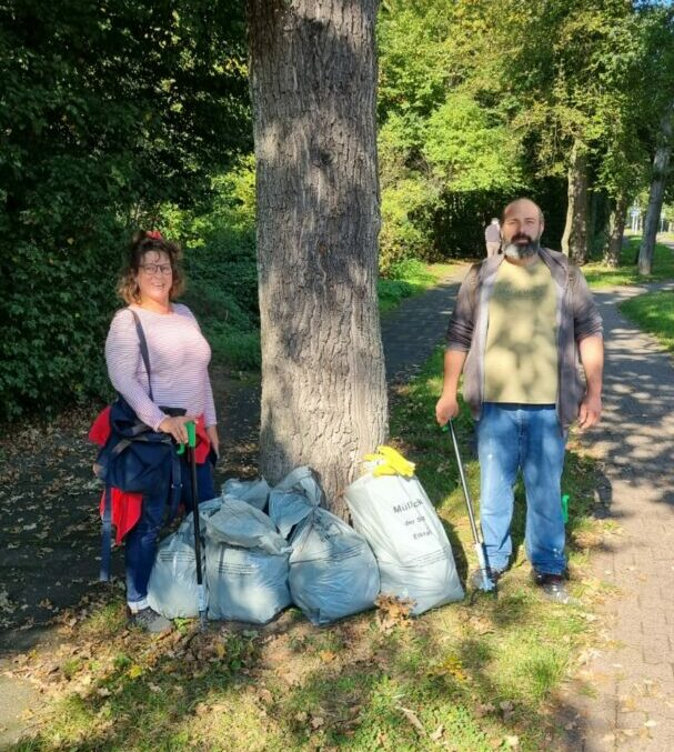 Dreck-weg-Tag-2021 - Den Abschluss bildeten Samstvormittag Daniel Kosman und Susann Krüll, die entlang des Ufers am Mahnert Bach. Foto: SK